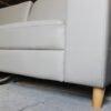 Hình ảnh Sofa văng da kích thước nhỏ chụp chi tiết phần chân đế gỗ cao